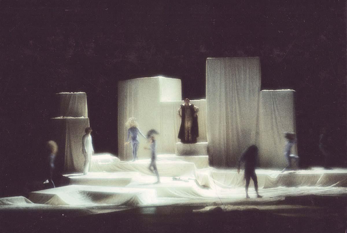 Buehnen Bühnen Bild - der Sturm - auf einer Drehbühne - Ausstattung Design und Licht Planung Alexander Milo