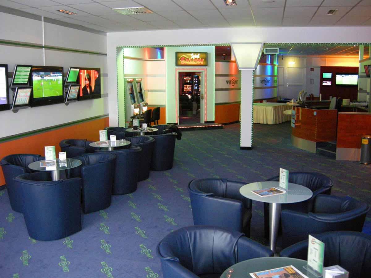 Wettpunkt Slot Machine Casino und Wettbuero - großes elegantes Lokal in der Interior Licht Design und Planung von Milo