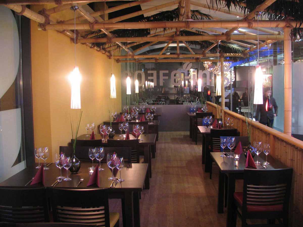 Coffee In - in Farbe und typischen Materialien gestalteter Asien Gastronomie Restaurant Bereich im Interior Design von Milo