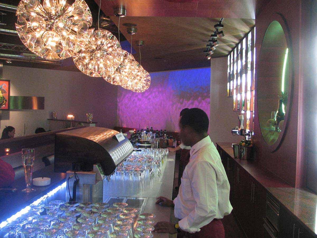 Elegante Lounge Bar mit Wandprojektionen und vielen Licht Effekten