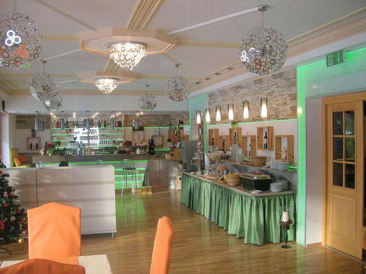 Hotel Montana Bad Mitterndorf - Restaurant Bar Gesamtansicht - mit der Raum Interior Design Planung und Ausstattung