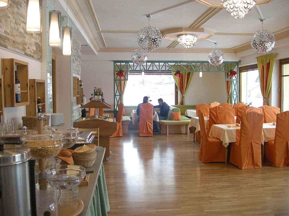 Hotel Montana Restaurant - Raum Ansicht vom Buffet aus - in einer sehr freundlichen und hellen Interior Design Planung von Milo
