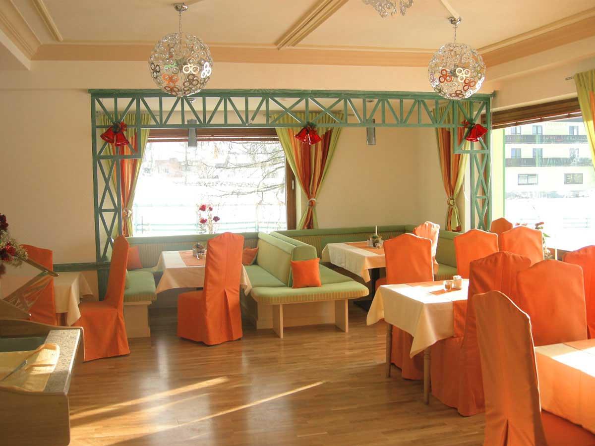 """Hotel Restaurant - Ansicht der """"Altausseer"""" Salzkammergut Ecke - in einer typischen regionalen Interior Design Ausstattung"""