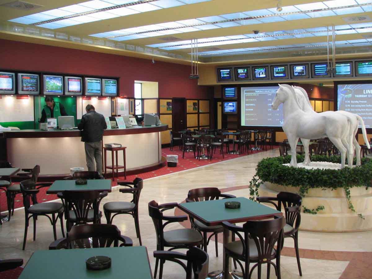 Wettpunkt Johnstrasse Wien - gelungene Farbkombinationen, Skulpturen und ein spannendes Licht Design in der Interior Design Planung von Milo