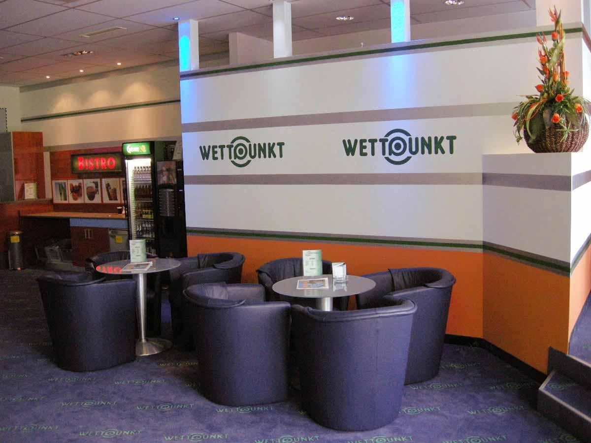Slot Machine Casino mit Gäste Sitzgruppen und kleiner Gastro - in Milo´s Gesamt Raum Interior Design Ausstaungs Planung