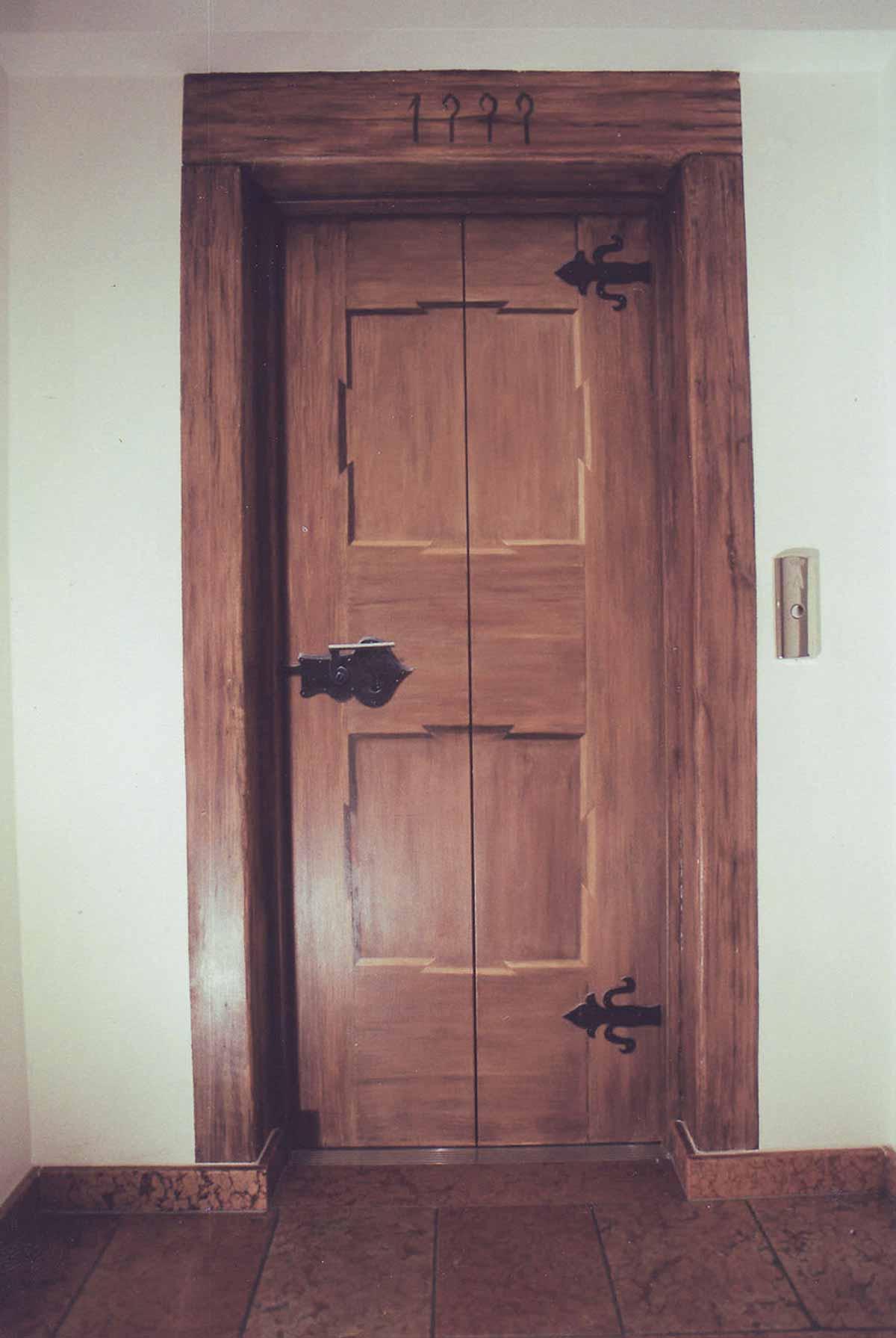 Lifttueren Kunst Malerei - realistische Malerei einer Holztüre auf eine Lifttüre