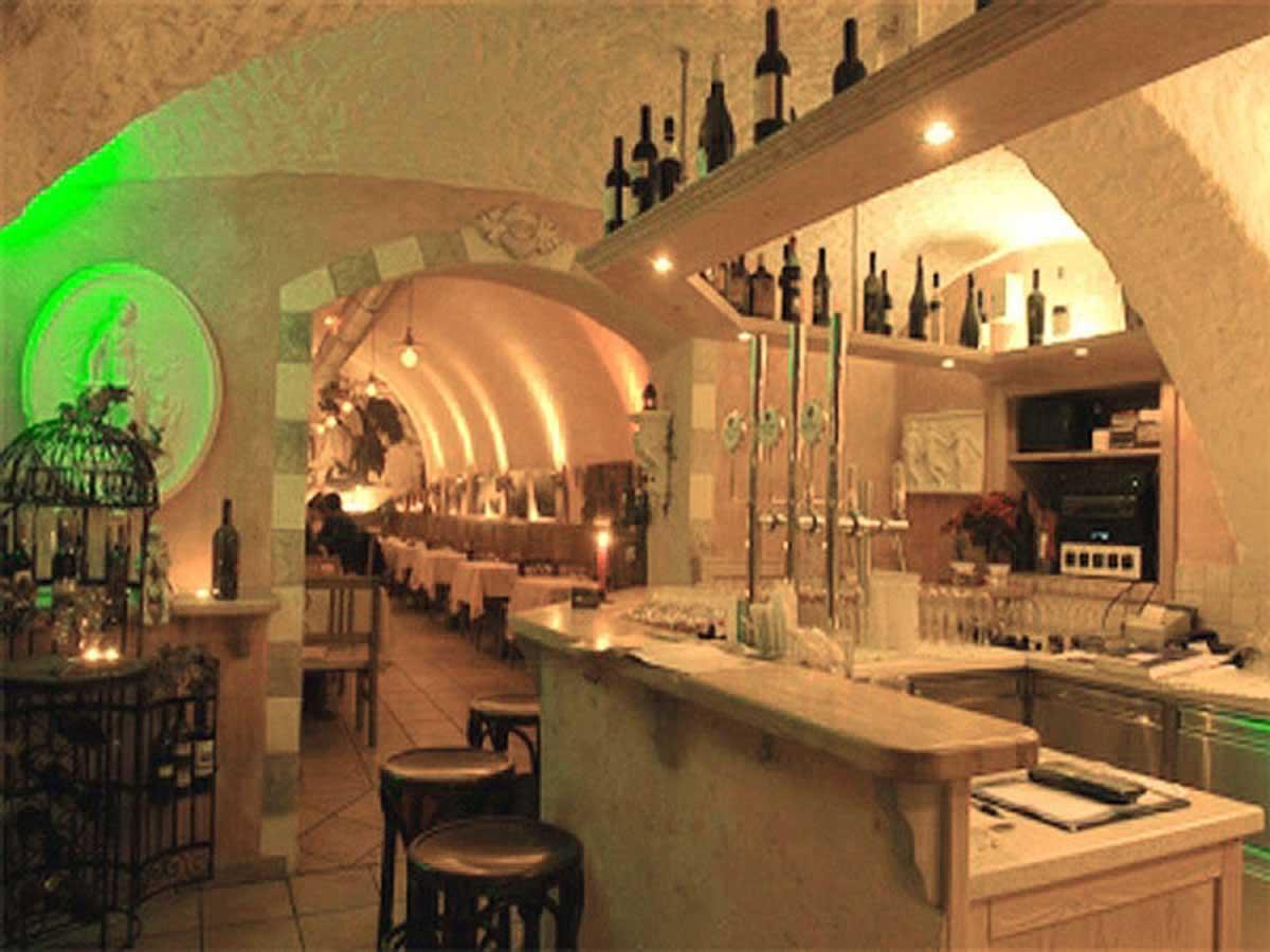 Pizzeria Restaurant DaVinci - Schank und Gewölbe Gastraum Ansicht - Interior und Licht Design Planung