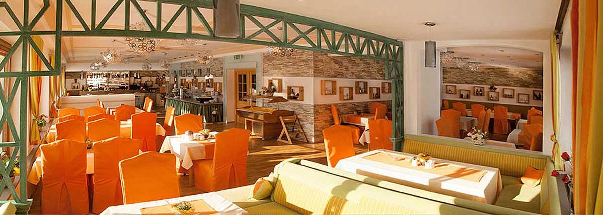 Hotel Montana Restaurant Gesamtansicht - freundliche, bunte und helle Innenarchitektur Design Planung und Ausstattung