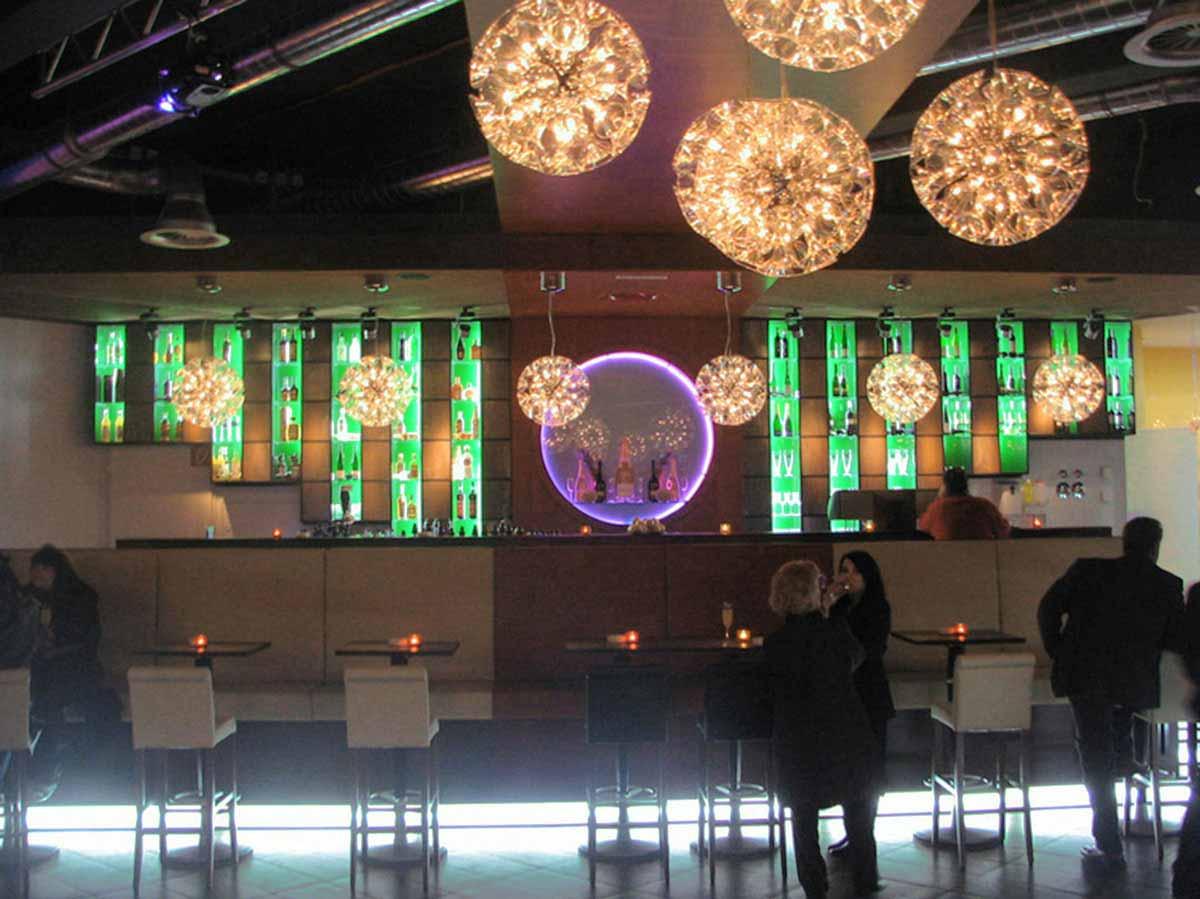Coffee In Salzburg Ansicht der geschmackvollen Lounge Bar Front im Interior Design von Milo