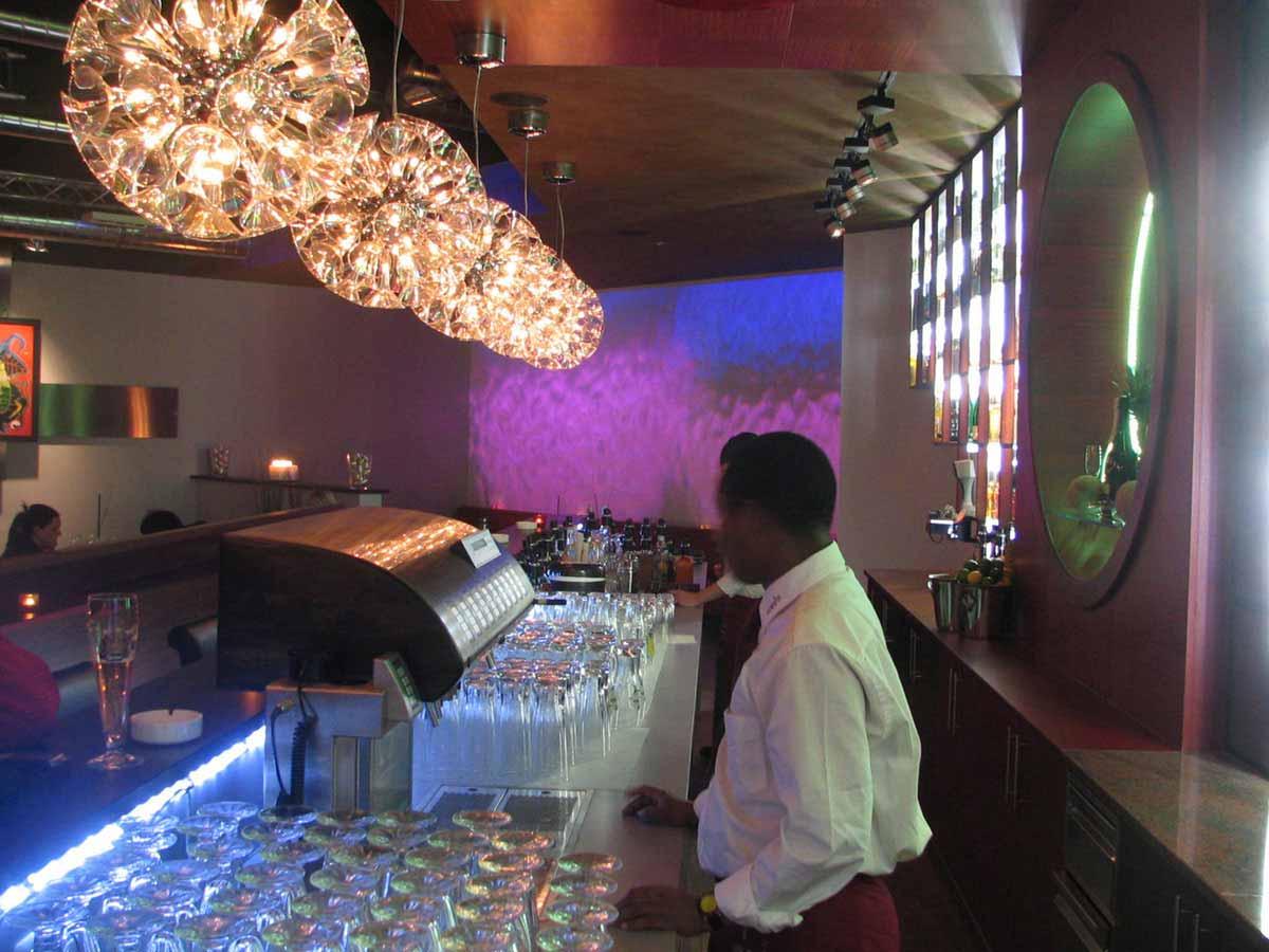 Coffee In Lounge Bar mit Wandprojektionen in einer eleganten Design Ausstattung Planung