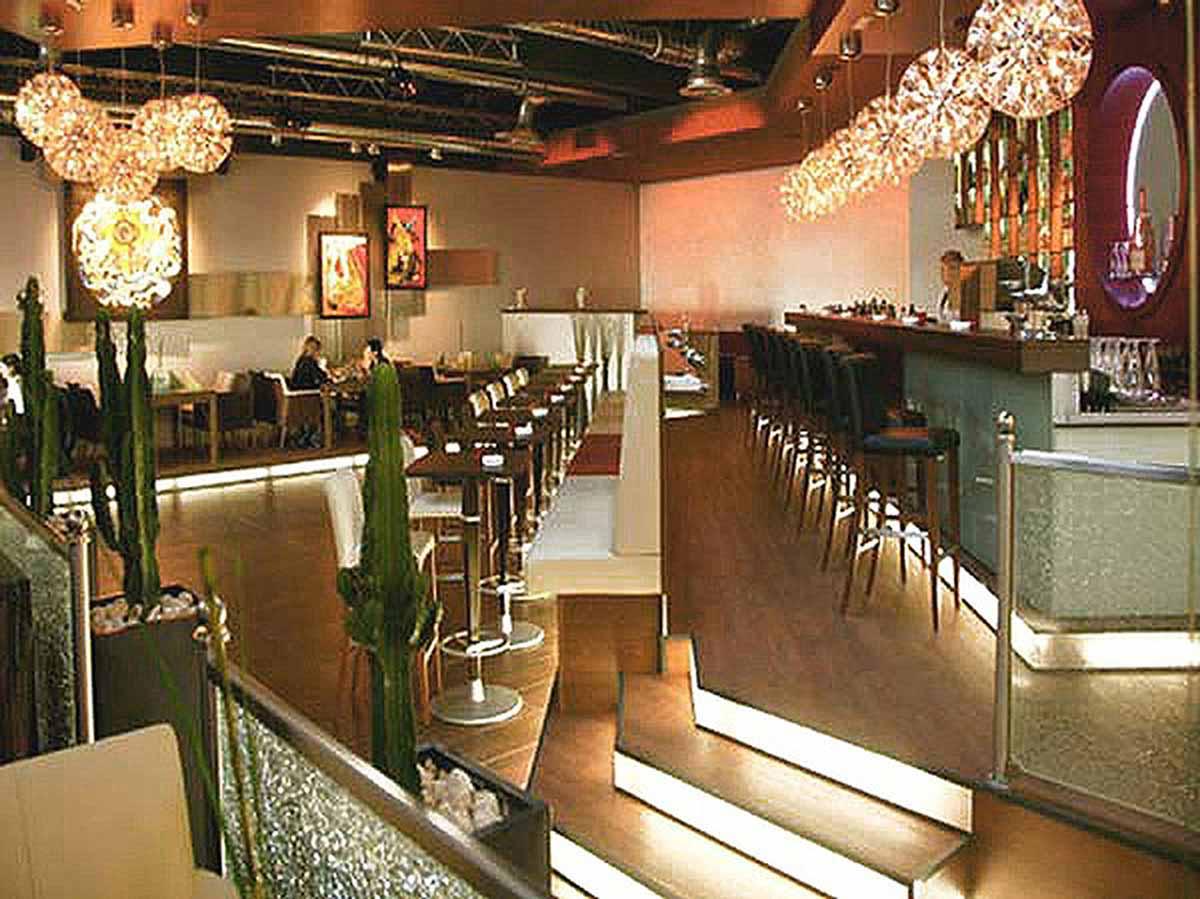 Coffee In Lounge Bar Gesamtansicht der Interior Design Ausstattung, hier ohne spezielle Licht Effekte
