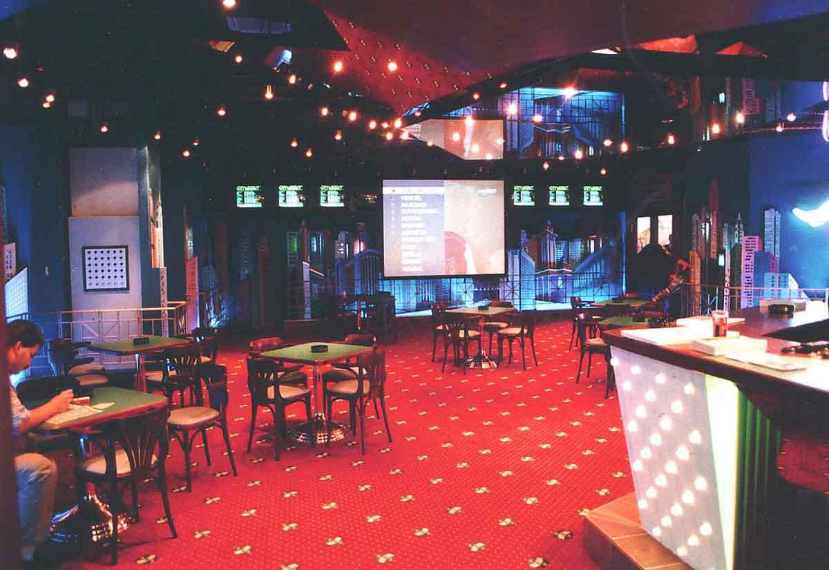 SCS Wien - Wettpunkt Casino mit Counter und dekorativer Wandgestaltung und Interior Design von Milo