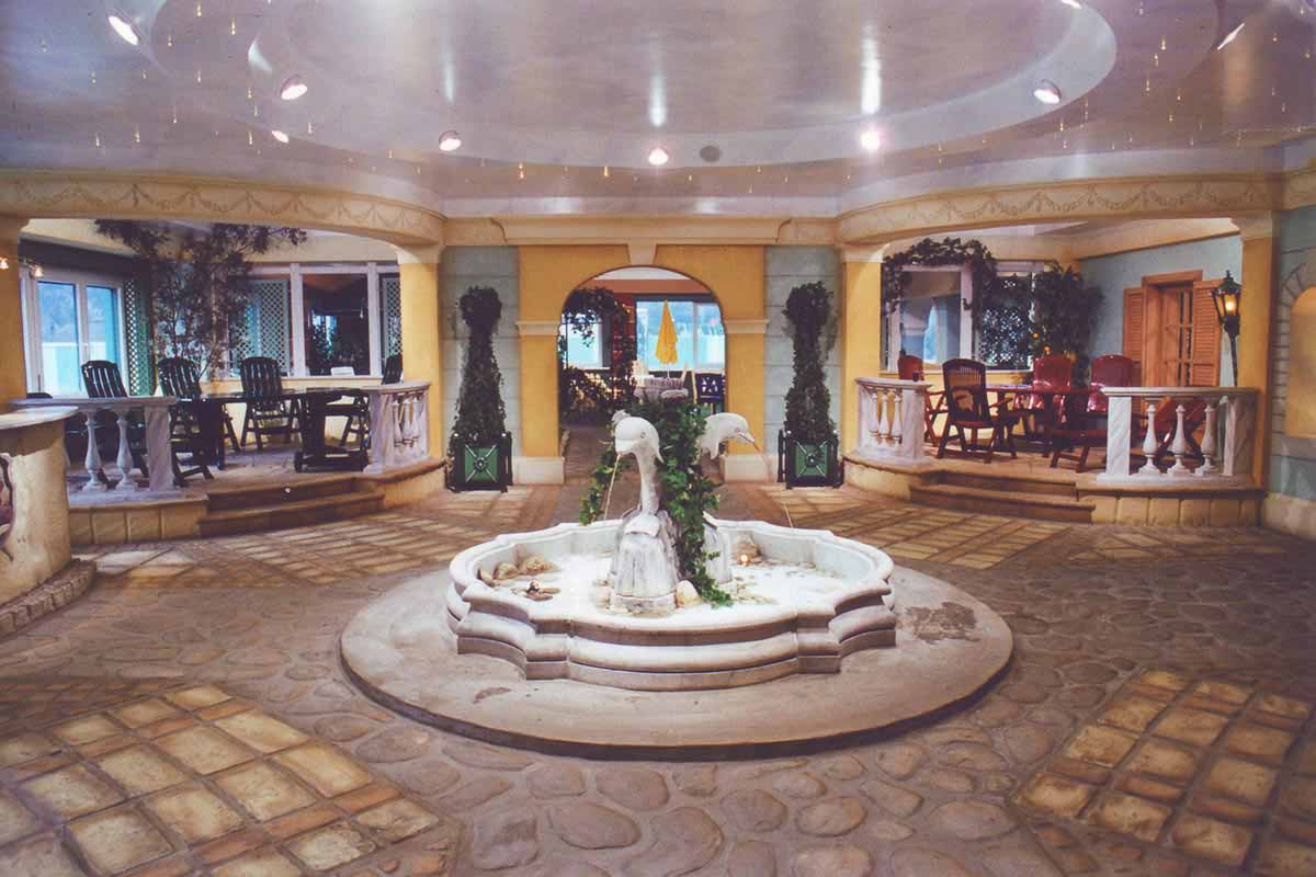 Steiner Showroom Eingangsbereich - ein Marktplatz mit Brunnen - stimmungsvolles südländisches Interior Design und Realisation von Milo
