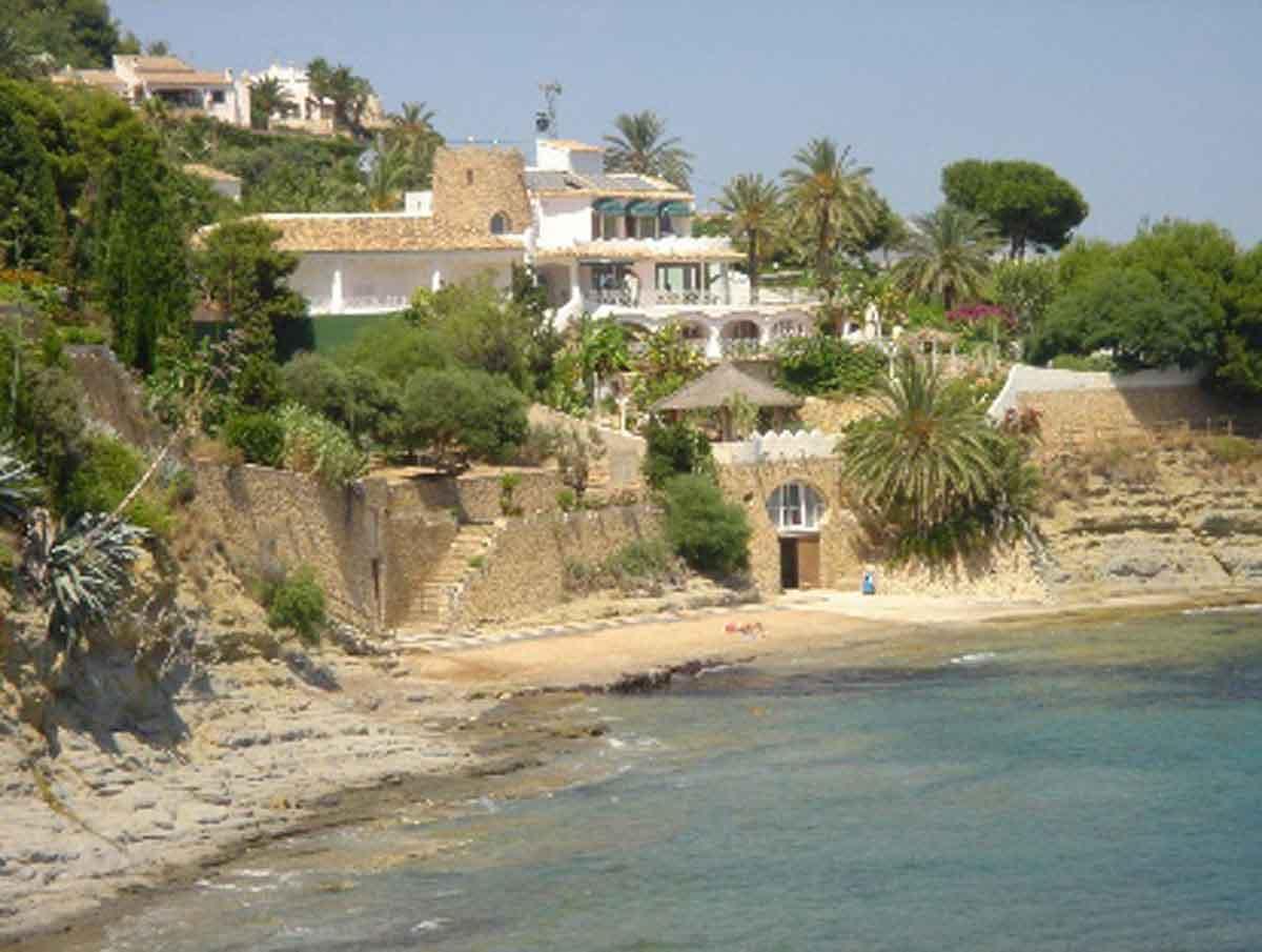 Spanien Luxus Anwesen - Blick vom Meer her - schmiegt sich die Villa an den Felsen und fällt zum Meer hin ab