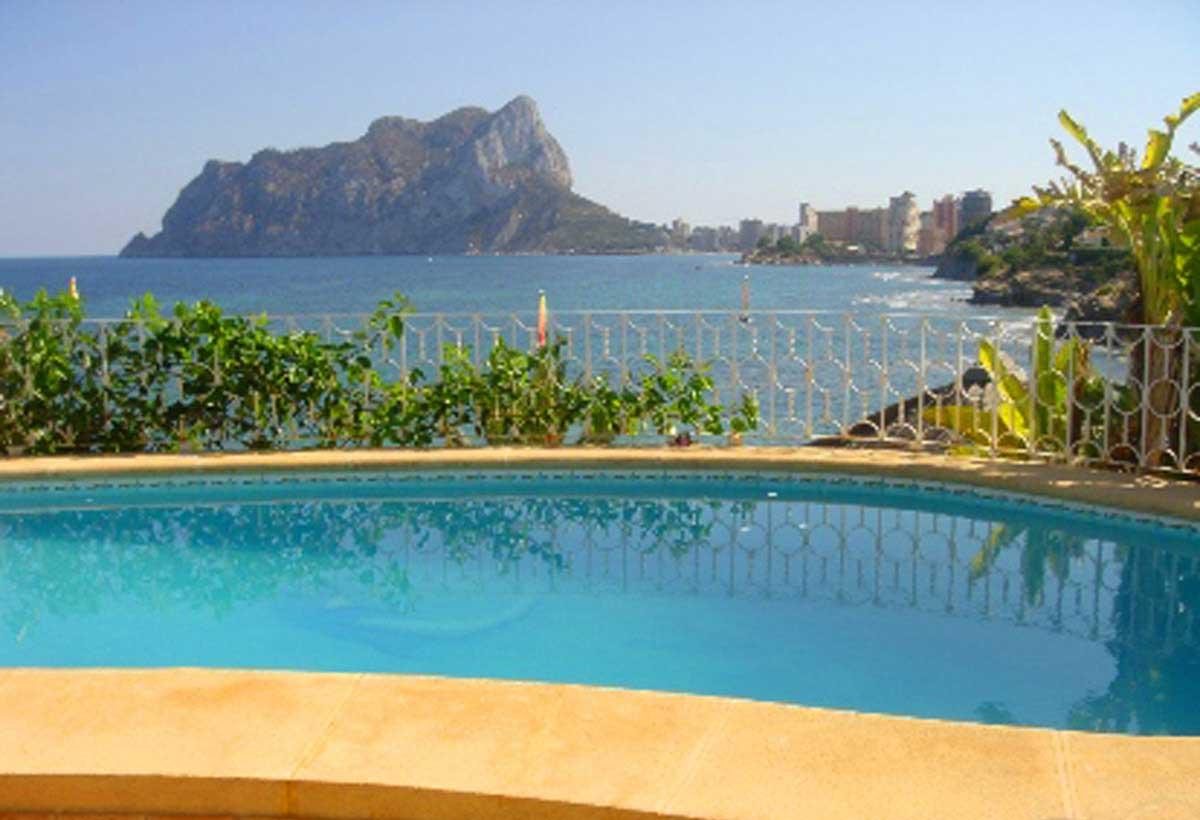 Luxus Villa in Spanien - Pool Ausblick auf das Meer und die Küste - eine romantische Impression