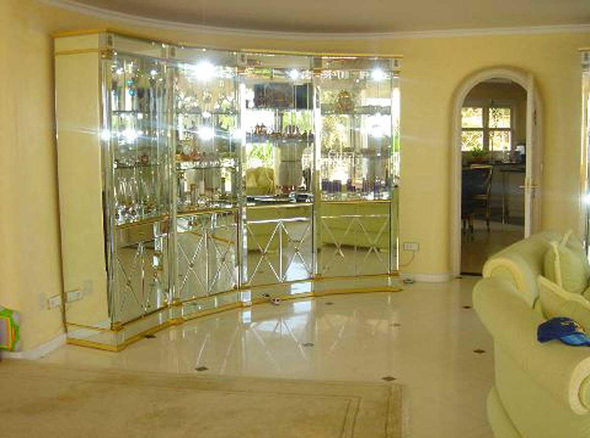 Luxus Villa Spanien - Übergang Wohnbereich zur Küche - mit einem geschwungenen Spiegelschrank