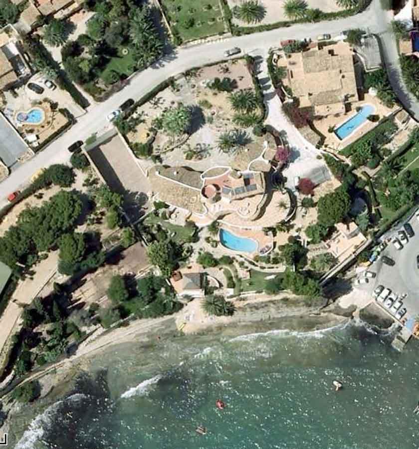 Vogelperspektive der Spanischen Luxusvilla - man sieht die verschiedenen Gartenbereiche