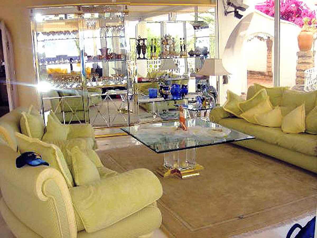 Luxus Villa Spanien - Wohn Zimmer Raum mit eleganter Sitzgruppe und Spiegelschränken - eine spannendes Interior Design