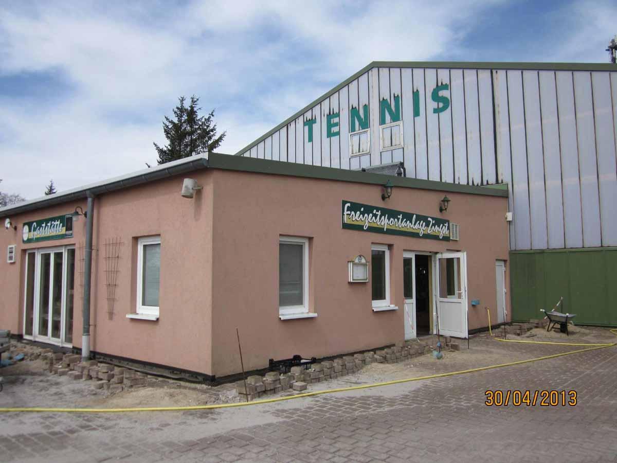 Tennishallen wird zu Minigolf Indoor Themen Erlebnis umfunktioniert - der Bestand Aussenansicht