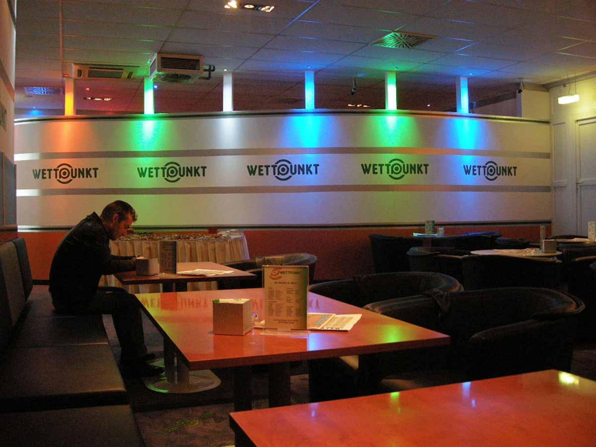 Wettpunkt Casino - Trennwand zwischen Slot Casino und Wettbereich - Interior Design und Licht Planung Milo