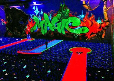 Eine tolle Adventure Blacklight Minigolf Indoor Gestaltung