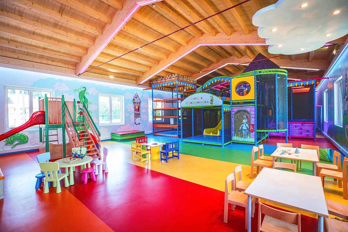 Kinder indoorspielplatz hotel flachau kunst und ideen kg for Designhotel kinder
